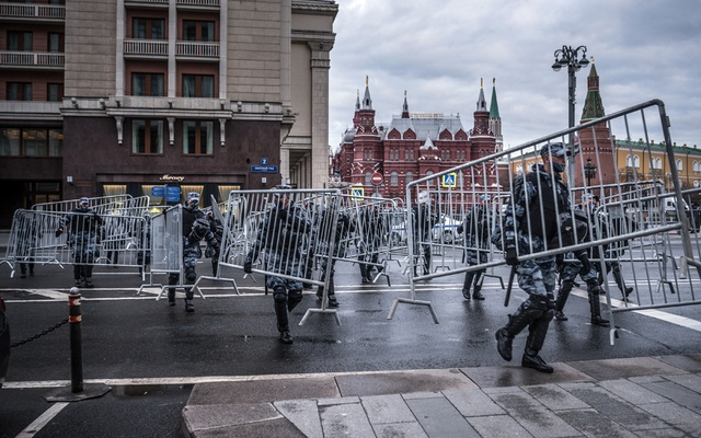 Riot police seal off the central streets ahead of protests in support of jailed opposition leader Alexei Navalny, in Moscow on Wednesday April 21, 2021. President Vladimir Putin of Russia on Wednesday delivered an annual address replete with threats against the West but, despite intense tensions with Ukraine, stopped short of announcing new military or foreign policy moves. (Sergey Ponomarev/The New York Times)