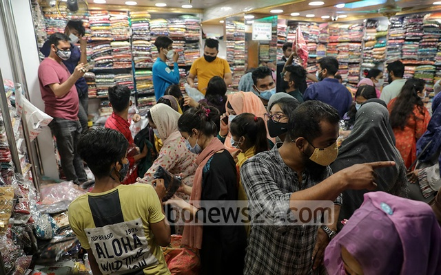 People break health restrictions as they crowd a store in Dhaka's New Market area on Sunday, April 25, amidst an ongoing virus lockdown.