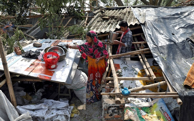 Residents salvage their belongings from the rubble of a damaged house in the aftermath of Cyclone Amphan, in South 24 Parganas district in the eastern state of West Bengal, India, May 22, 2020. Reuters