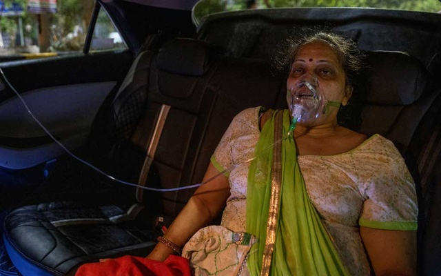 A woman with a breathing problem receives oxygen support for free inside her car at a Gurudwara (Sikh temple), amidst the spread of coronavirus disease (COVID-19), in Ghaziabad, India, April 24, 2021. Picture taken April 24, 2021. REUTERS/Danish Siddiqui