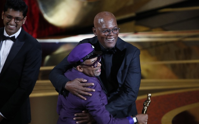 "BlacKkKlansman"" director Spike Lee, left, celebrates with presenter Samuel L Jackson after Lee won an Oscar for best adapted screenplay, in Los Angeles, Feb 24, 2019. The New York Times"