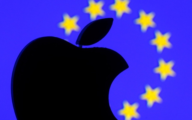 A 3D-printed Apple logo is seen in front of a displayed European Union flag in this illustration taken September 2, 2016. REUTERS