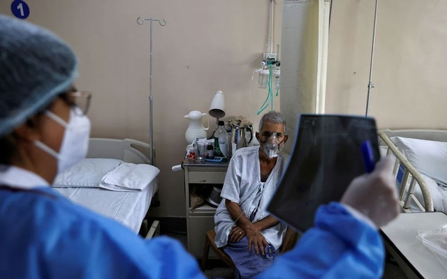 A doctor checks an X-ray of a patient suffering from the coronavirus disease (COVID-19) inside a COVID-19 ward of a hospital in New Delhi, India, May 1, 2021. REUTERS