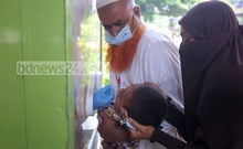A health worker collects samples from a child to conduct a COVID-19 test at Dhaka Shishu Hospital on Tuesday, May 4, 2021. Photo: Asif Mahmud Ove