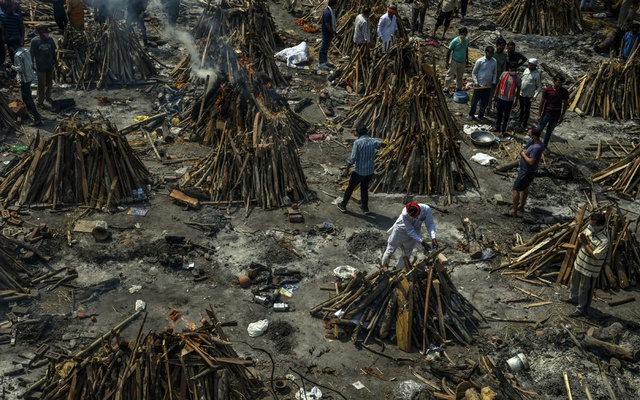 A mass cremation for victims of the coronavirus in New Delhi on April 27, 2021. An official social media post contrasting Beijing's successes with its neighbour's coronavirus woes drew a backlash from some, who called it callous. (Atul Loke/The New York Times)