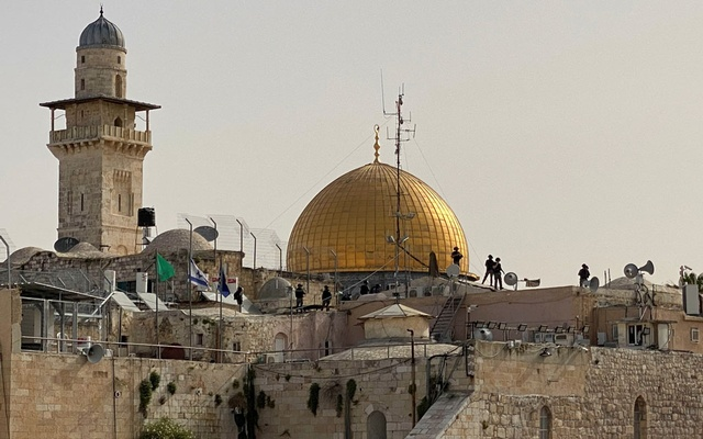 Israeli security forces on rooftops in front of the Dome of the Rock in Jerusalem's Old City May 10, 2021. REUTERS