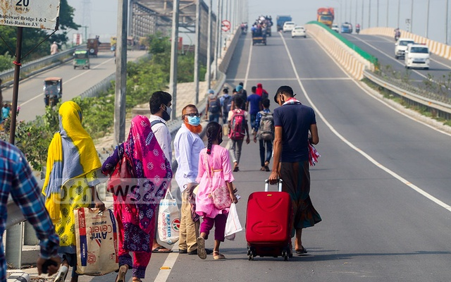 Long-haul bus service is suspended because of the coronavirus pandemic, but many are still desperate to get home for Eid and have chosen to walk all the way to the Shimulia ferry pier on Tuesday, May 11, 2021. Photo: Asif Mahmud Ove