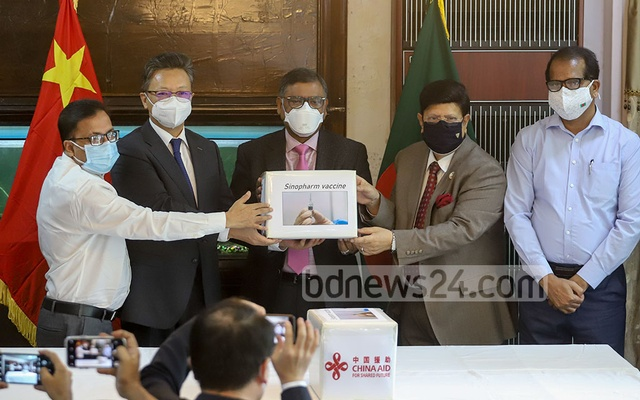Chinese Ambassador Li Jiming formally hands over 500,000 doses of the Chinese-made Sinopharm vaccine to Health Minister Zahid Maleque and Foreign Minister AK Abdul Momen in Dhaka on Wednesday, May 12, 2021. Photo: Asif Mahmud Ove