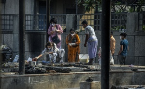 A family performs last rites at the Seemapuri cremation ground in Delhi, India, where crematories have been burning day and night to keep up with deaths from COVID-19, May 6, 2021. International donors are raising millions to aid India with its coronavirus pandemic crisis, but the Modi administration has erected hurdles for overseas organisations and guided money toward officially endorsed groups. (Atul Loke/The New York Times)