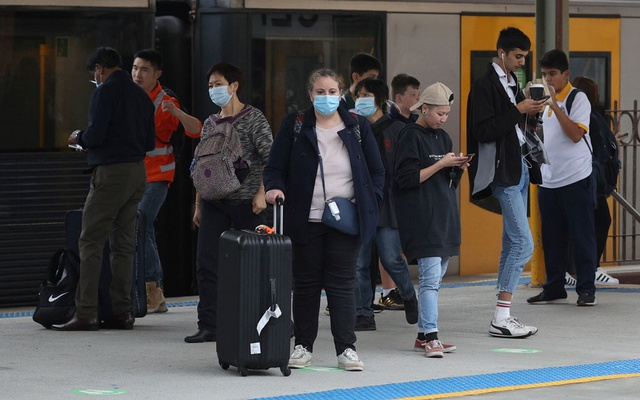 People, some wearing protective face masks, stand on a train platform at Central Station after new public health regulations were announced for greater Sydney, including compulsory mask-wearing on public transport, following the emergence of new cases of the coronavirus disease (COVID-19) in Sydney, Australia, May 6, 2021. REUTERS