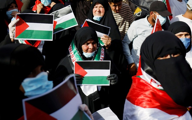 Iraqi demonstrators hold Palestinian flags during a protest to express solidarity with the Palestinian people amid a flare-up of Israeli-Palestinian violence, in Baghdad, Iraq May 15, 2021. REUTERS