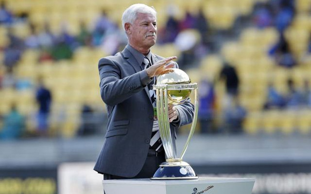 Former New Zealand cricket all-rounder Richard Hadlee holds the Cricket World Cup trophy on the ground before Sri Lanka take on England in their Cricket World Cup match in Wellington, March 1, 2015. REUTERS