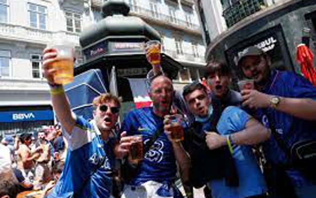 Fans in Porto ahead of the Champions League Final Manchester City v Chelsea - Porto, Portugal - May 29, 2021 Chelsea fans gather in Porto before the match REUTERS/Pedro Nunes