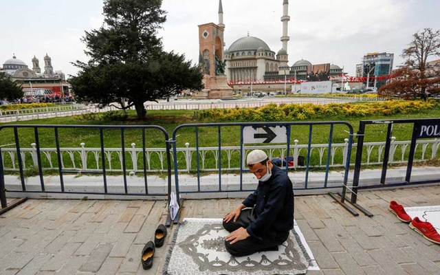 A man prays outside the newly inaugurated Taksim Mosque in central Istanbul, Turkey May 28, 2021. REUTERS/Dilara Senkaya