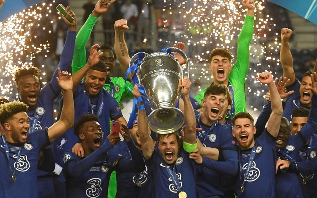 Football - Champions League Final - Manchester City v Chelsea - Estadio do Dragao, Porto, Portugal - May 29, 2021 Chelsea's Cesar Azpilicueta and teammates celebrate with the trophy after winning the Champions League. Pool via REUTERS