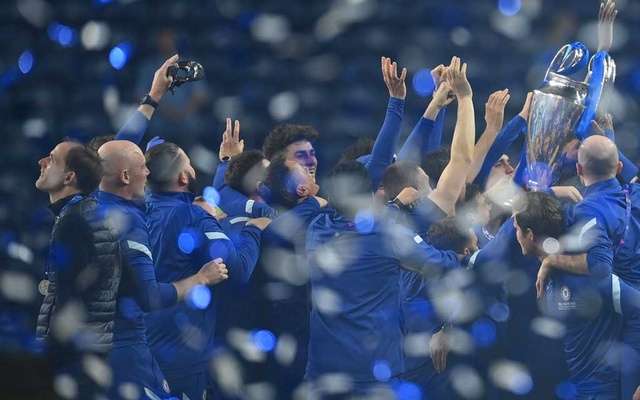 Football - Champions League Final - Manchester City v Chelsea - Estadio do Dragao, Porto, Portugal - May 29, 2021 Chelsea players celebrates with the trophy as Chelsea manager Thomas Tuchel (L) looks on after winning the Champions League Pool via REUTERS/David Ramos
