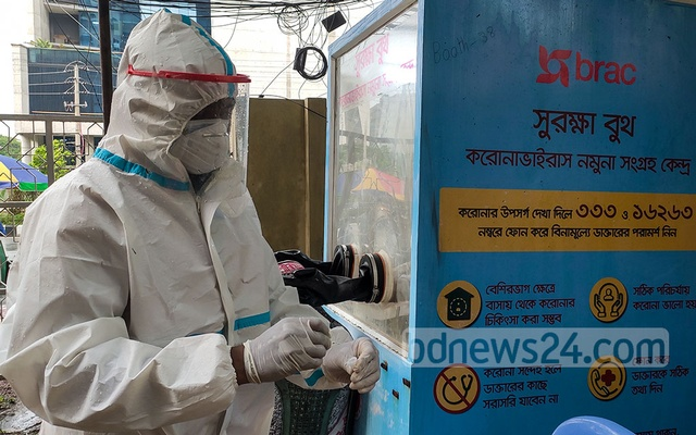 A health worker getting ready to take a swab sample from a suspected COVID-19 patient for a test at a booth run by the Directorate General of Health Services and BRAC at the Islamic Foundation in Dhaka's Agargaon on Monday, May 31, 2021. Photo: Asif Mahmud Ove