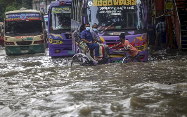 Waterlogging after incessant rains makes the street in Dhaka's Arambagh look like a canal on Tuesday, Jun 1, 2021.