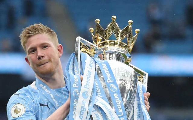 Football - Premier League - Manchester City v Everton - Etihad Stadium, Manchester, Britain - May 23, 2021 Manchester City's Kevin De Bruyne celebrates with the trophy after winning the Premier League. Pool via REUTERS