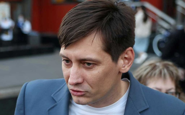 FILE PHOTO: Russian opposition politician Dmitry Gudkov speaks to the media after being released from custody in Moscow, Russia June 3, 2021. Gudkov, a former lawmaker, was detained on Tuesday over an allegedly unpaid debt on a rented property dating from several years ago. REUTERS/Tatyana Makeyeva/File Photo