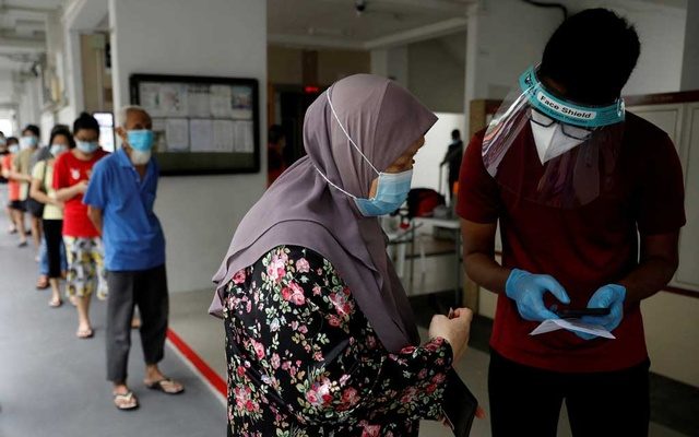 Residents of a public housing estate queue up for mandatory coronavirus disease (COVID-19) swab tests in Singapore May 21, 2021. REUTERS