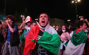 Euro 2020 - Group A - Italy v Switzerland - Rome, Italy - June 16, 2021 Italy fans celebrate after the match REUTERS/Yara Nardi