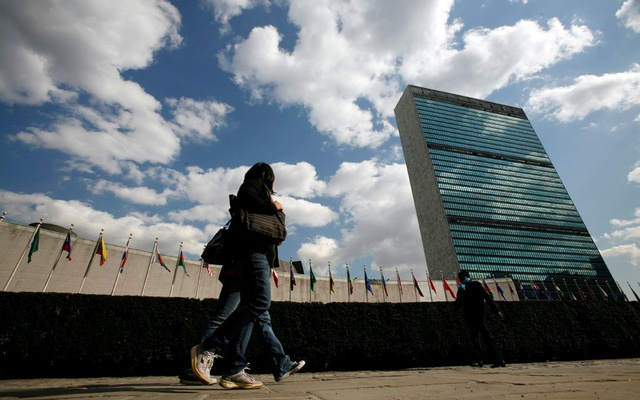 Tourists walk past the United Nations Headquarters in New York. At left is the UN General Assembly building and at right is the UN Secretariat building. Reuters