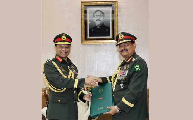 General Shafiuddin Ahmed taking charges as chief of Bangladesh Army from his predecessor General Aziz Ahmed on Thursday, Jun 24, 2021. Photo: ISPR