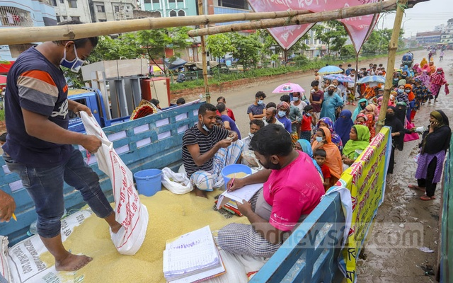 Low-income people buy OMS rice at Tk 30 per kg under the government's Open-Market Sale or OMS scheme in Dhaka's Mohammadpur on Sunday, Jul 4, 2021, the fourth day of a strict coronavirus lockdown. Photo: Asif Mahmud Ove