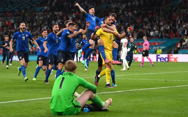 Italy players celebrate after winning the penalty shoot-out. Football - Euro 2020 - Final - Italy v England - Wembley Stadium, London, Britain - July 11, 2021. Pool via REUTERS/John Sibley