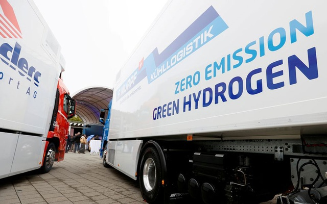 A new hydrogen fuel cell truck made by Hyundai is pictured at the Verkehrshaus Luzern (Swiss Museum of Transport) in Luzern, Switzerland October 7, 2020. Reuters
