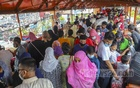 Eid shoppers crowd the shops on the footbridge in Dhaka's New Market on Friday, Jul 16, 2021 as the government lifts coronavirus restrictions for the festival. Photo: Asif Mahmud Ove
