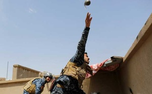 A member of the Iraqi Federal Police throws a hand grenade during clashes with the Islamic State fighters in western Mosul, Iraq, Apr 29, 2017. REUTERS/Danish Siddiqui