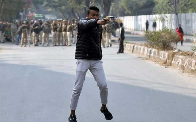 An unidentified man brandishes a gun during a protest against a new citizenship law outside the Jamia Millia Islamia university in New Delhi, India, Jan 30, 2020. REUTERS/Danish Siddiqui