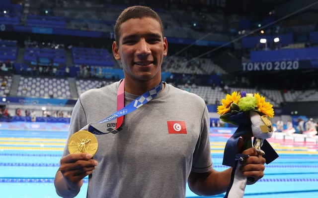 Tokyo 2020 Olympics - Swimming - Men's 400m Freestyle - Final - Tokyo Aquatics Centre - Tokyo, Japan - July 25, 2021. Ahmed Hafnaoui of Tunisia poses with the gold medal. REUTERS