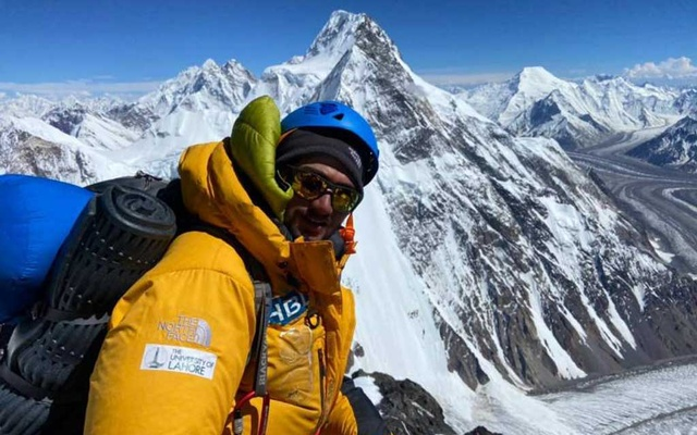 Shehroze Kashif, 19, became the youngest Pakistani to summit the second tallest peak in the world. Photo taken via Daily Pakistan.