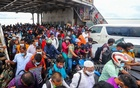 A ferry, named Camellia, was packed with thousands of passengers while docking at the Shimulia port in Munshiganj from Banglabazar in Madaripur. Passengers scramble to board it as soon as the ferry reaches the terminal, authorities say. Photo: Asif Mahmud Ove