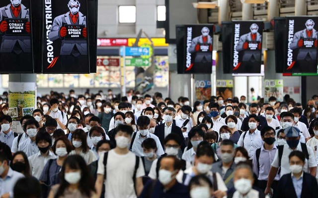 Commuters wearing protective masks amid the COVID-19 outbreak make their way at Shinagawa station in Tokyo, Japan, July 28, 2021. REUTERS