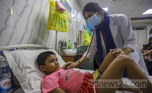 Arpita Mandal, 6, of Rampura undergoing treatment for dengue fever at Holy Family Red Crescent Medical College Hospital in Dhaka on Thursday, Jul 29, 2021. Her cousin died from the mosquito-borne disease at another hospital in the city two days earlier. Photo: Asif Mahmud Ove