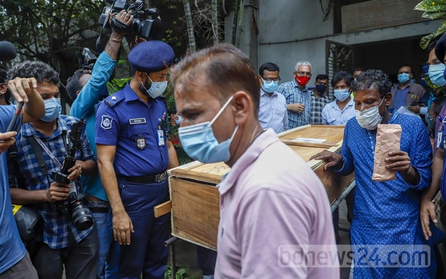 Taher Uddin and others carry the coffin of his son Naim Islam out of Dhaka Medical College's mortuary on Wednesday, Aug 4, 2021. Naim was one of the at least 50 victims of Hashem Foods factory fire.