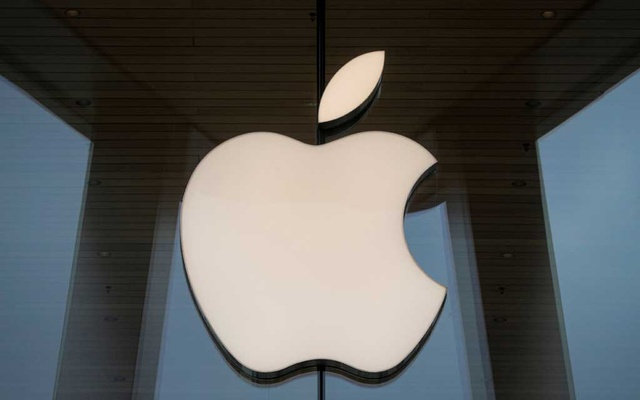 The Apple logo is seen at an Apple Store, as Apple's new 5G iPhone 12 went on sale in Brooklyn, New York, US October 23, 2020. REUTERS