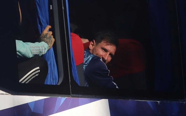 Copa America 2021 - Argentina arrive back home after winning the Copa America 2021 - The Argentine Football Association headquarters, Ezeiza, Argentina - July 11, 2021 Argentina's Lionel Messi and team mates celebrate in a team bus as they arrive in Argentina after winning the Copa America 2021 REUTERS/Matias Baglietto