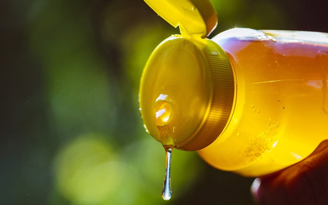 FILE — Honey in Atlanta, May 17, 2019. Like many social media trends, eating frozen honey — a TikTok trend that has garnered about 900 million views — comes with risks, health experts said. Photo: Audra Melton/The New York Times