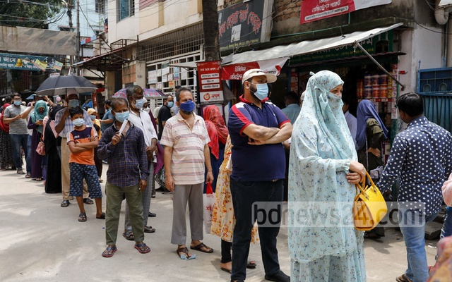 People crowd the Tilpapara Nagar Matrisadan centre in Dhaka's Khilgaon to get the second dose of COVID-19 vaccine developed by US firm Moderna on Thursday, Aug 12, 2021. Photo: Kazi Salahuddin