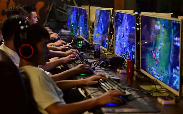 People play online games at an internet cafe in Fuyang, Anhui province, China August 20, 2018. REUTERS