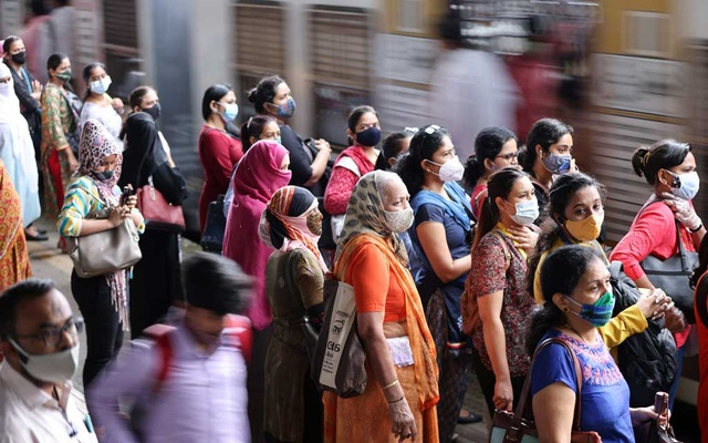 Commuters wearing protective face masks wait to board a suburban train after authorities resumed train services for vaccinated passengers amid the coronavirus disease (COVID-19) pandemic, in Mumbai, India, Aug 17, 2021. REUTERS/Francis Mascarenhas