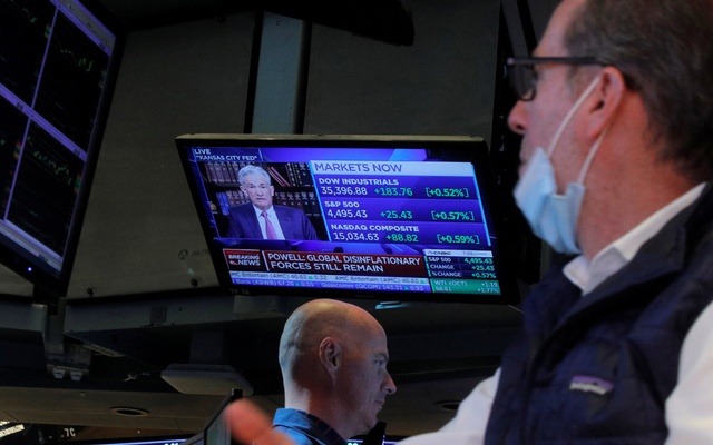 Traders on the floor of the New York Stock Exchange on Friday, with the Fed chairman, Jerome Powell, speaking on television. Brendan Mcdermid/Reuters