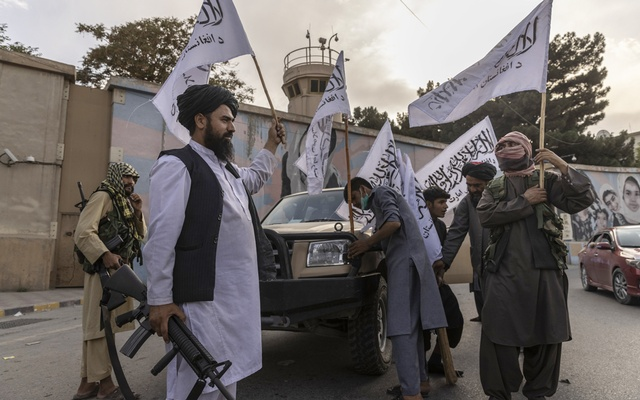 Taliban fighters wave their flag outside the US Embassy in Kabul, Afghanistan, on Sunday, Aug 22, 2021. The last American flight from Afghanistan on Aug. 30, 2021 left behind a host of unfulfilled promises and anxious questions about the country's fate. The New York Times
