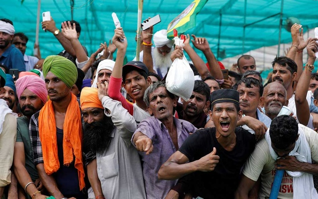People shout slogans during a Maha Panchayat or grand village council meeting as part of a farmers' protest against farm laws in Muzaffarnagar in the northern state of Uttar Pradesh, India, Sept 5, 2021. REUTERS/Adnan Abidi