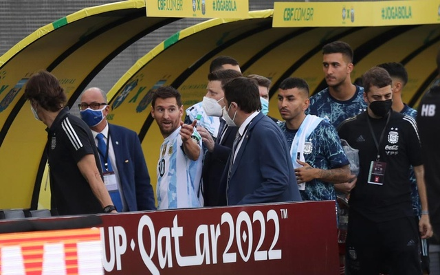 Football - World Cup - South American Qualifiers - Brazil v Argentina - Arena Corinthians, Sao Paulo, Brazil - September 5, 2021 Argentina's Lionel Messi walks off the pitch after an interruption in play REUTERS/Amanda Perobelli